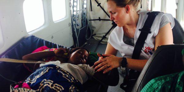 Ondersteuning van een patiënt tijdens transport in de Democratische Republiek Congo