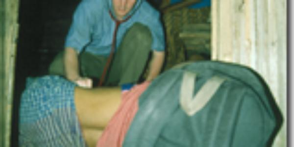 Toen: Behandelen van een zieke patiënt in een hutje