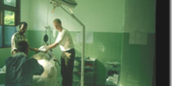Toen: Rob's eerste operatie onder ketamine anesthesie als arts voor Artsen zonder Grenzen Nederland