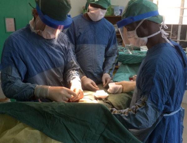 Opereren met de chirurgie studenten in Masanga Hospital
